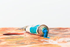 Трубка краски сини открытая с сжиманной краской Стоковое Изображение RF