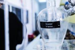 Трубка лаборатории с запачканной предпосылкой стоковые фотографии rf