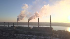Трубка с дымом на заходе солнца зимы видеоматериал
