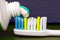 Трубка с покрашенной зубной пастой и часть зубной щетки Стоковые Изображения