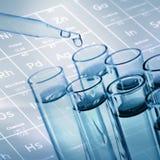 Трубки лабораторного исследования науки с предпосылкой периодической таблицы Стоковая Фотография