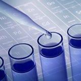 Трубки лабораторного исследования науки с предпосылкой периодической таблицы Стоковая Фотография RF