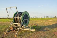 Трубопровод воды на аграрном поле весной стоковое изображение rf
