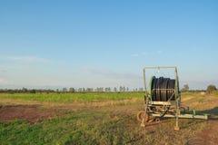 Трубопровод воды на аграрном поле весной стоковая фотография rf