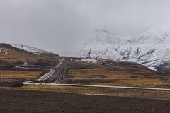 Трубопровод в холме, полуостров Камчатка, Россия стоковое фото