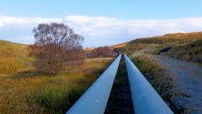 Трубопровод ГЭС озер Storr устроенного удобно под горами полуострова Trotternish на акции видеоматериалы