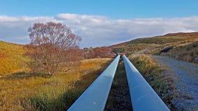 Трубопровод ГЭС озер Storr устроенного удобно под горами полуострова Trotternish на видеоматериал