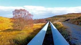 Трубопровод ГЭС озер Storr устроенного удобно под горами полуострова Trotternish на сток-видео