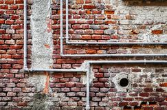 Трубопровод на кирпичной стене стоковое изображение rf