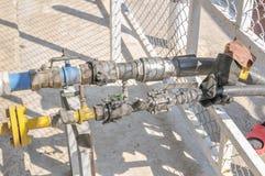 трубопровод газа детали зоны промышленный пускает желтый цвет по трубам стали Стоковые Фото