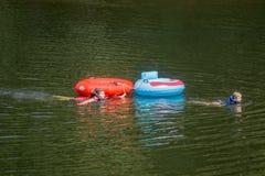 Трубопровод детей на реке стоковые фото