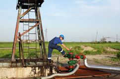 Трубопровод проверки работника масла Стоковые Фотографии RF
