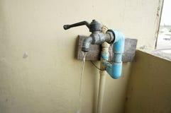 Трубопровод faucet и воды хрома Стоковое Изображение RF