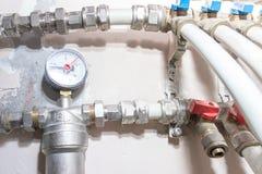 Трубы водопровода металла, водоснабжение в доме с фильтром, manomether, faucets и штуцеры распределения стоковое изображение