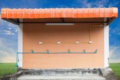 трубы водопровода водопроводного крана и pvc и электрическое острословие переключателя и штепсельной вилки Стоковые Фото