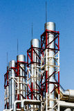 Трубы завода с красной и белой рамкой стоковые изображения