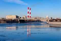 2 трубы загрязняя реку стоковая фотография rf
