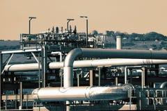 Трубы и трубопровод на рафинадном заводе газа терминальном стоковое фото rf