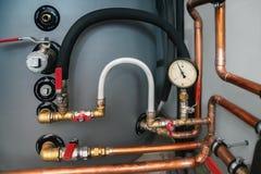 Трубы клапанов, манометра и меди в котельной Стоковая Фотография RF