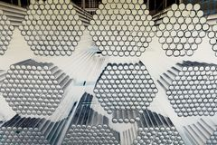 Трубы металла и алюминиевых наваливают в складе груза для транспорта к фактору стоковое фото