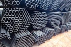 Трубы металла и алюминиевых наваливают в складе груза для транспорта к фабрике стоковое изображение