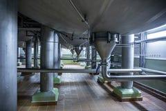 Трубы нержавеющей стали и резервуары или танки, промышленная продукция пива, трубопровод металла в заквашивании винзавода и выгон стоковые изображения rf