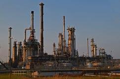 трубы нефтеперерабатывающего предприятия в портовой зоне ‹Роттердама †‹â€ на заходе солнца где дистиллированный стоковые изображения