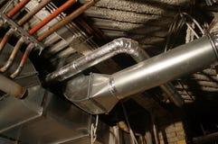 Трубы под крышей, потолком, соединяющ клапаны и каналы стоковое фото