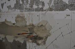 Трубы реновации ванной комнаты горячие холодные в сооружении стены Стоковые Изображения