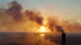 Трубы с дымом: промышленное производство Густой дым приходит от промышленного chemney Загрязнение воздуха концепции акции видеоматериалы