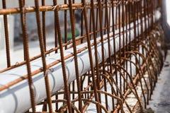 Трубы PVC крупного плана выровнялись внутри const дороги рассекателя арматуры конкретное Стоковые Изображения