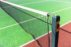 Трудная зеленая сеть тенниса суда Стоковые Изображения