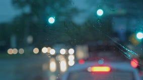 Трудное падение дождя вечером с фокусом расплывчатых автомобилей выборочным акции видеоматериалы