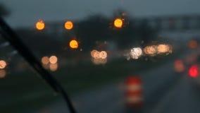 Трудное падение дождя вечером с фокусом расплывчатых автомобилей выборочным сток-видео