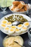 Трудные вареные яйца и зеленые фасоли Стоковая Фотография