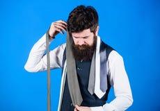 Трудный выбор, который нужно сделать Бородатый человек выбирая связь от роскошного собрания, отборной концепции Продавец предлага стоковые фотографии rf
