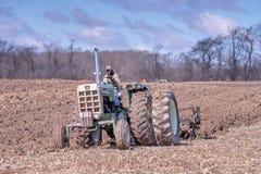 трудный работая фермер в его поле Стоковая Фотография