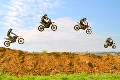 Трудный фокус гонщика мотоцикла на шагах Стоковые Фото