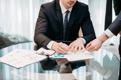 Трудодень документа знака CEO (главный исполнительный директор) компании ассистентский вскользь Стоковое фото RF