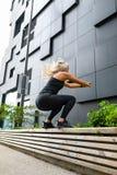 Трудолюбивый скакать женщины фитнеса на открытом воздухе в городской среде стоковая фотография rf