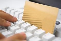 трудыы кредита карточки он-лайн используя стоковые фото