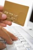трудыы кредита карточки он-лайн используя стоковые изображения rf