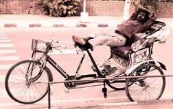 Труженик спал в Чандигархе Индии стоковые фотографии rf