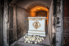 Труп в гробе горит в кремировать Стоковые Фотографии RF