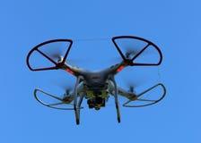 Трутень вертолета квада на голубой предпосылке Стоковые Фотографии RF