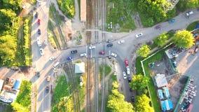 Трутень, вид с воздуха над автомобилями и железная дорога, час пик, люди идут домой после работы сток-видео