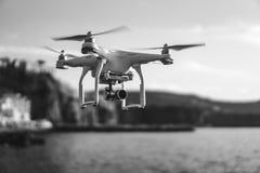 Трутень в небе захода солнца горы океанской волны закрывают вверх quadrocopter outdoors концепция для videography свадьбы режиссе стоковое фото