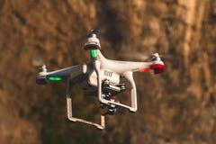 Трутень в небе захода солнца горы океанской волны закрывают вверх quadrocopter outdoors концепция для videography свадьбы режиссе стоковое изображение