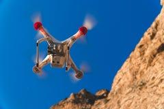 Трутень в небе захода солнца горы океанской волны закрывают вверх quadrocopter outdoors концепция для videography свадьбы режиссе стоковая фотография