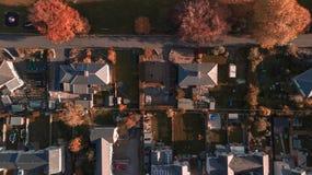 Трутень готовя воздушную съемку деревни в пиковом районе в середине зимы стоковые изображения